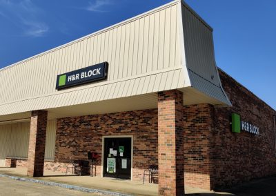Pine Plaza shopping center in Crossett AR featuring tenant H&R Block